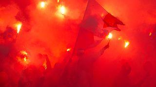 HIFK-fanit laittoivat soihdut syttymään.
