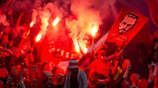 HIFK-fanit sytyttivät soihtuja.