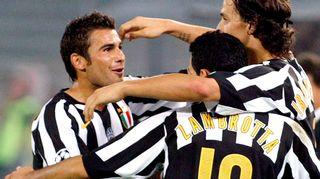 Adrian Mutu (vas.) juhlii maalia Zlatan Ibrahimovicin (oik.) ja Gianluca Zambrotan kanssa.
