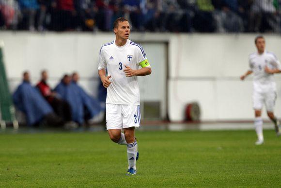 Suomen kapteeni Niklas Moisander ottelussa Sloveniaa vastaan.