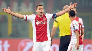 Ajaxin Niklas Moisander levittää kätensä reagoidessaan tilanteeseen.