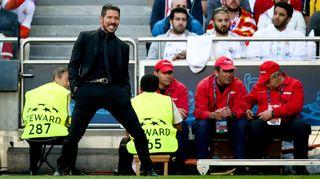 Atletico Madridin valmentaja Diego Simeone irvistää kentän laidalla.