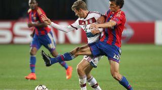 Bayern Münchenin Thomas Müller (vas.) ja TsSKA Moskovan Roman Eremenko (oik.) kamppailevat pallosta.