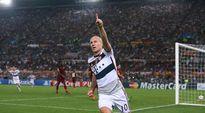 Bayern Münchenin Arjen Robben tuulettaa sormi pystyssä.