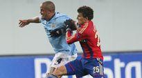 Manchester Cityn Vincent Kompany (vas.) ja TsSKA Moskovan Roman Eremenko (oik.) kaksinkamppailussa.