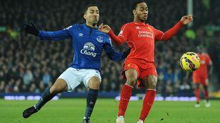 Evertonin Aaron Lennon ja Liverpoolin Raheem Sterling kamppailevat pallosta.