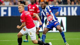 HIFK:n Pauli Kuusijärvi ja HJK:n Ousman Jallow pelin tiimellyksessä.