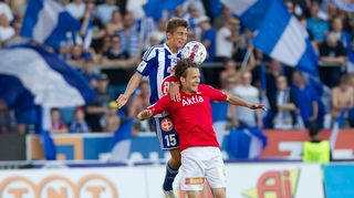 HIFK:n Joni Korhonen (pun.) ja HJK:n Roni Peiponen pallontavoittelutilanteessa 24.8.