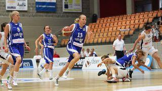Tiina Sten pallon kanssa