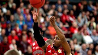 Bisonsin Aaron Johnson heittää palloa kohti koria.