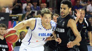 Petteri Koponen taistelee Uutta-Seelantia vastaan koripallon MM-kisoissa 2014