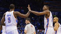 Oklahoman Serge Ibaka (vas.) ja Kevin Durant (oik.).