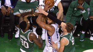 Boston Celticsin Amir Johnson (vas) ja Jonas Jerebko puolustavat Philadelphia 76ersin Jahlil Okaforia.