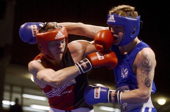 Kim Hirvonen (pun.) ja Henri Kekäläinen (sin.) kohtasivat 75 kg:n sarjan finaalissa.