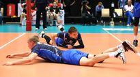 Suomen maajoukkueen Niklas Seppänen ja Eemi Tervaportti lattian pinnassa.