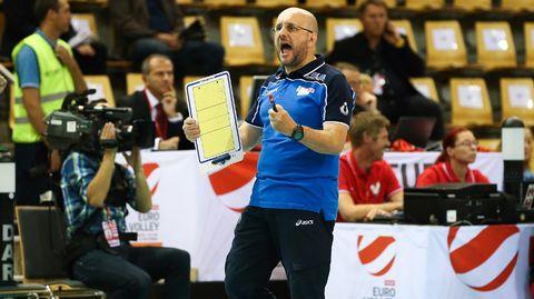Italian lentopallomaajoukkueen valmentaja Mauro Berruto reagoi pelin aikana.