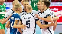 Suomen lentopallomaajoukkueen pelaajat juhlivat.