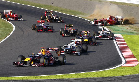 Fernando Alonso osuu Kimi Räikköseen ja ajautuu ulos radalta.