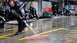 F1-mekaanikko kuivaa varikkopysähdyspaikkaa.