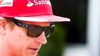 Kimi Räikkönen varikolla.