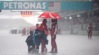 Kimi Räikkönen pitää sadetta Malesian osakilpailussa.