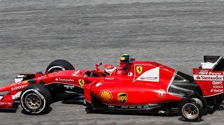 Kimi Räikkönen avaa rikkoutuneella renkaalla.
