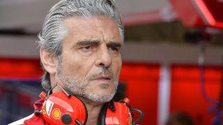 Maurizio Arrivabene pohtimassa Ferrarin pilttuussa Itävallassa