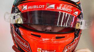 Kimi Räikkönen lähikuvassa kypärä päässä.