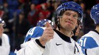 Suomen maajoukkueen Kimmo Timonen näyttää peukaloa.