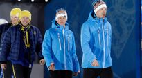 Iivo Niskanen ja Sami Jauhojärvi kävelevät palkintojenjakoon.