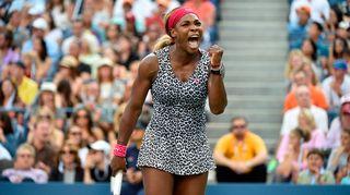 Yhdysvaltain Serena Williams tuulettaa voittooan.