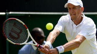 Jarkko Nieminen lyö palloa Wimbledonissa