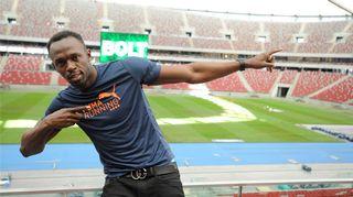 Usain Bolt tutustui Varsovan stadioniin, jonka katto voidaan sulkea.