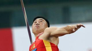 Zhao Qinggang heittää keihästä.