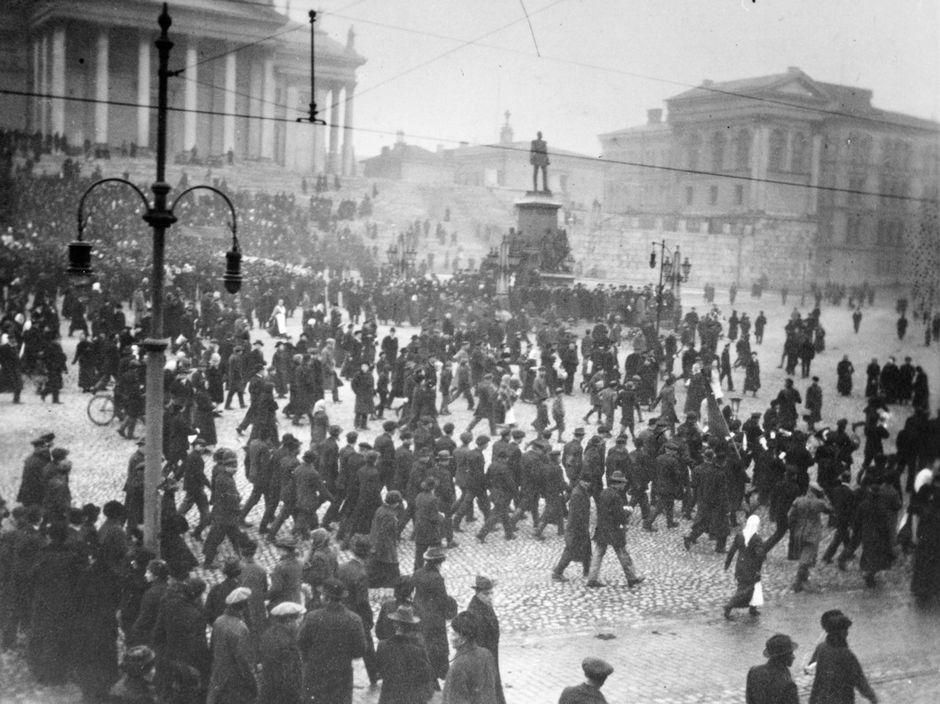 Mahdollisesti Venäjän maaliskuun vallankumoukseen liittyvää liikehdintää Helsingin Senaatintorilla.