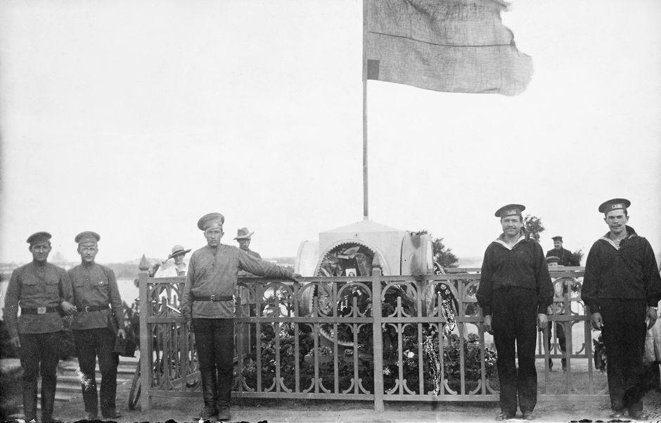 Vallankumouksen uhrien hautajaiset Helsingin Kaivopuistossa 30.3.1917. Postikortti.
