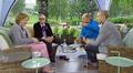 Video: ihmisiä keskustelee puutarhasohvaryhmässä istuen