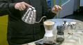 Video: vettä kaadetaan kahvinsuodatussuppiloon