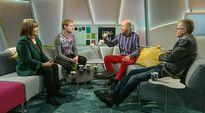 Video: neljä ihmistä istuu studion sohvilla