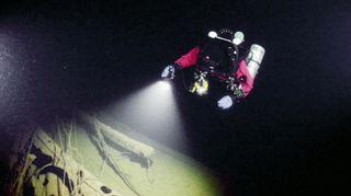 Video: Sukeltaja hylyn vieressä.