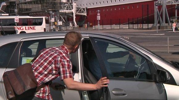 Uber-taksi tilataan älypuhelimen sovelluksen avulla. Yhtiön Tukholmassa käyttämät autot ovat tavallisia rekisteröityjä takseja.