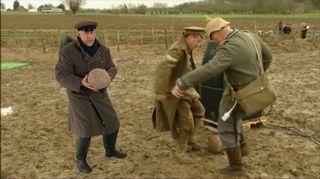 Video: Sata vuotta sitten maailmansodan rintamalla koettiin joulun ihme, kun viholliset nousivat juoksuhaudoista pelaamaan jalkapalloa.