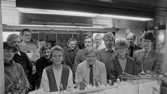 A2:n toimitus tammikuussa 1987 ryhmittyneenä toimituspäällikkö Hannu Vilpposen ympärille.
