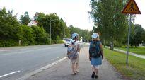 Kaksi reppuselkäistä tyttöä koulutiellä