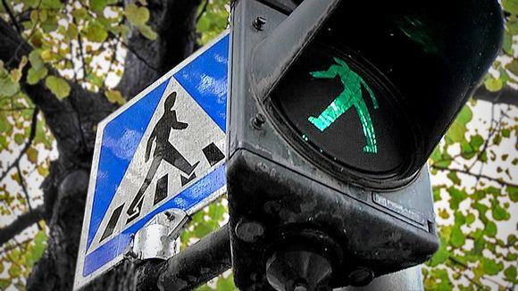 Liikennevalot ja suojatie