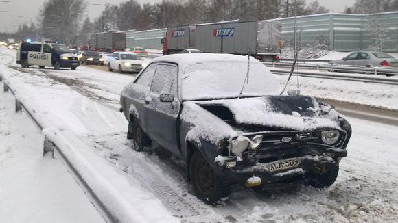 Auto rutussa Tuusulanväylällä.