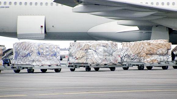 Paketteja lastataan lentokoneeseen lentokentällä.