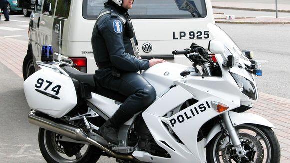 Moottoripyöräpoliisi lähikuvassa.