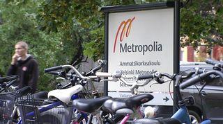 Metropolian kyltti polkupyöräparkin vieressä.