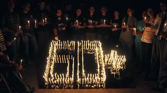 Maailman luonnosuojelusäätiön Intian alajaoston jäsenet viettivät Earth Houria Bhopalissa 31. maaliskuuta 2012. Merkki 60+ viittaa siihen, että Earth Hourin tulisi kestää kokonaisuudessaan pidempään yhden tunnin sijaan.